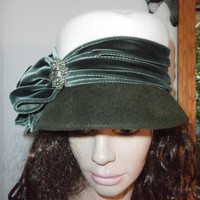 Gorgeous Toucan Collection New York Green & White Wool Ladies Cloche Hat  Felt Velvet Bow with Brooch MINT