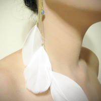 The princess white feather single-sided earring.