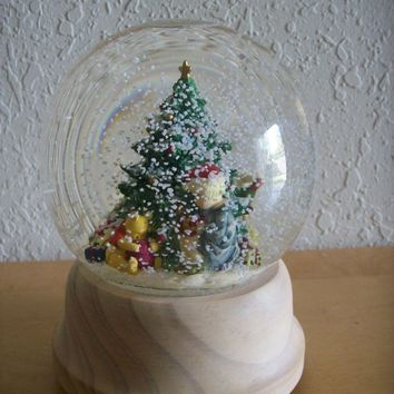 Disney Classic Winnie the Pooh Christmas Snow Globe by Charpente