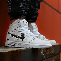 Air Jordan Mid AJ1 graffiti hook to help fashion wild cushioning wear-resistant basketball shoes