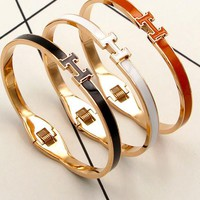 Hermes Color alphabetic non - colored hand ring female han version of the simple girl gold titanium bracelet jewelry.