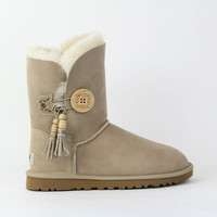 UGG WOMEN BAILEY CHARMS SAND