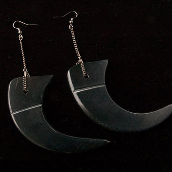 big black claw earrings // black carved horn claws and gunmetal chain // long claw earrings