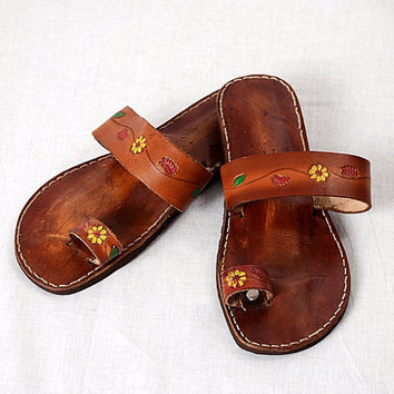 Vintage Floral Tooled Leather Ring Toe Sandals Hippie Hand Painted Flats 1970s Bohemian Surfer Beach Shoes Women's size 9-10