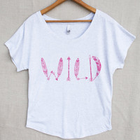 Arrows andTribal Feathers Wild Women's Loose Fitting Top T-shirt in Heather White