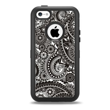 The Black & White Pasiley Pattern Apple iPhone 5c Otterbox Defender Case Skin Set