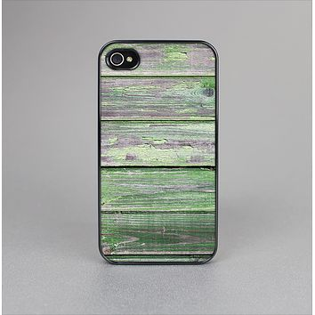 The Wooden Planks with Chipped Green Paint Skin-Sert Case for the Apple iPhone 4-4s