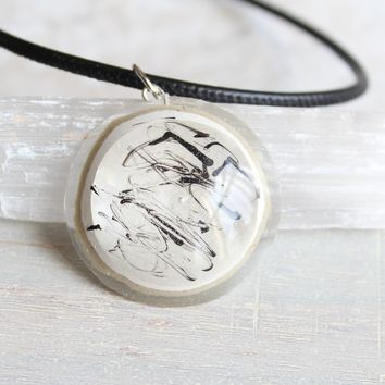Minimalist necklace with black highlights