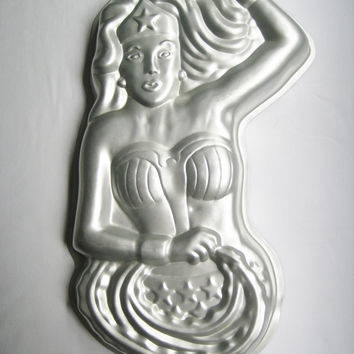 Vintage Wonder Woman Cake Pan Wilton 1978 DC Comics Superhero Gelatin Mold Craft USED Clean Condition Discolor