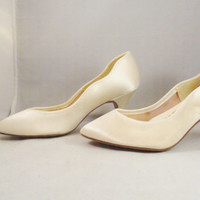 SALE Vintage Shoes 60s Ivory Satin High Heel Shoes Perfect Wedding Bride Shoes Size 5.5 5 1/2 Deadstock