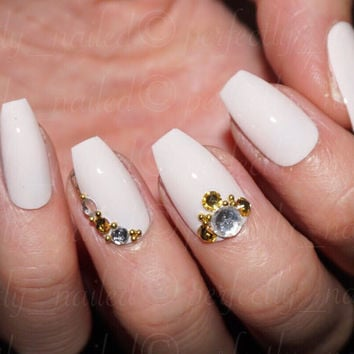 Baby pink (Essie - Fiji) with gold diamante and bead detail glossy • Handpainted False Nails • Fake Nails • Press on Nails •