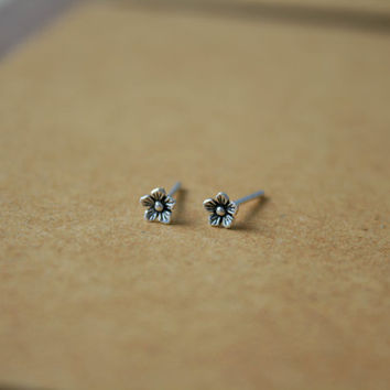 Tiny Flower Stud Earrings, Oxidized Flower Earrings, tiny flower earrings, silver flower studs, Cartilage Earrings - Tragus Earrings - Helix