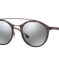 Look who's looking at this new Ray-Ban Rb4266