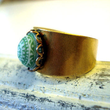 """Vintage Button Ring """"Pistachio"""" - shimmering gold-coloured ring w/ vintage light green stone, Moroccan style"""