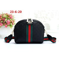 GUCCI 2019 new women's versatile shoulder bag shell bag black