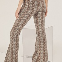 BDG Mid-Rise Stretchy Flare Jean – Snakeskin | Urban Outfitters