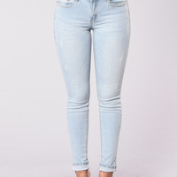 Lost In The Heat Of It All Jeans - Light Wash