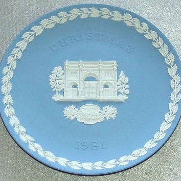 "vintage Wedgwood Pale Blue Jasper Ware 1981 Christmas 8 1/4"" diameter Plate with white bas relief of Marble Arch, London (ref: 3195)"