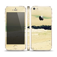 The Vintage Subtle Yellow Beach Scene Skin Set for the Apple iPhone 5s
