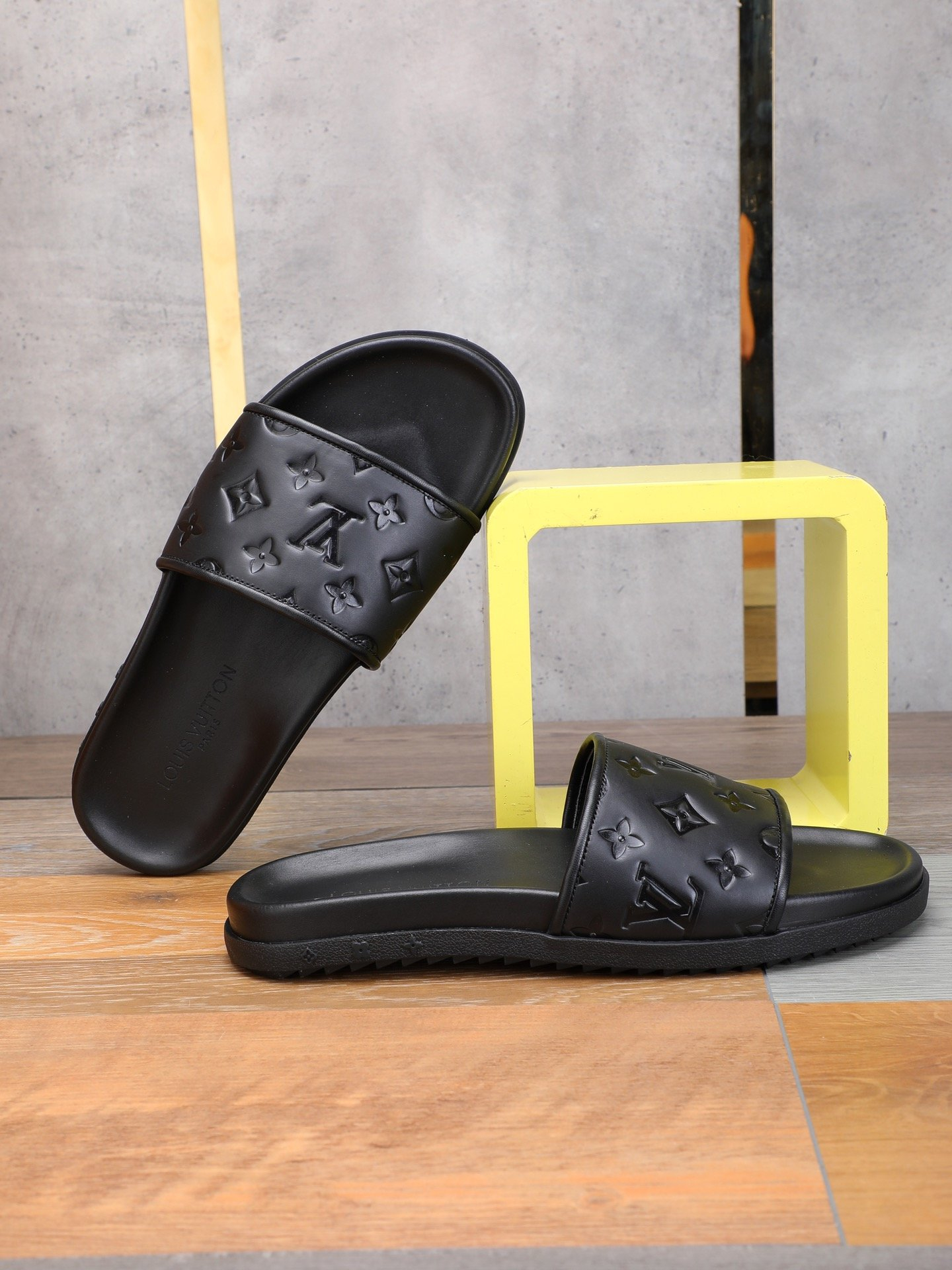 Image of 2021 NEW ARRIVAL LV Louis Vuitton Summer Popular Men Casual Flat Sandal Slippers Shoes