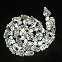 Verified Juliana DeLizza Elster DE Brooch Rhinestone Swirl Crystal Clear Abstract Large Bold Sparkly Jewelry Pears Baguettes Chatons