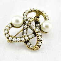 Vintage Pearl Brooch Pin, Gold Love Knot Brooch, 1970s Vintage Jewelry, Victorian Revival Jewelry, Romantic Gift, Wedding Bridal Jewelry