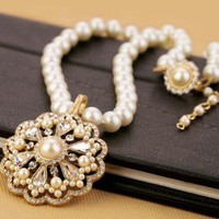 Elegant Faux Pearl Chain Necklace with Crystal Rhinestone and Faux Pearl Pendant