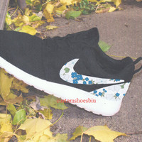 Roshes Nike- White Blue Floral Print